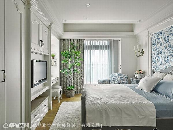 虽主卧室因空间限制没有更衣室,但王思文与汪忠锭设计师充分发挥「美型收纳」巧思,于电视柜、梳妆台创造满满的置物空间,满足大量收纳需求。