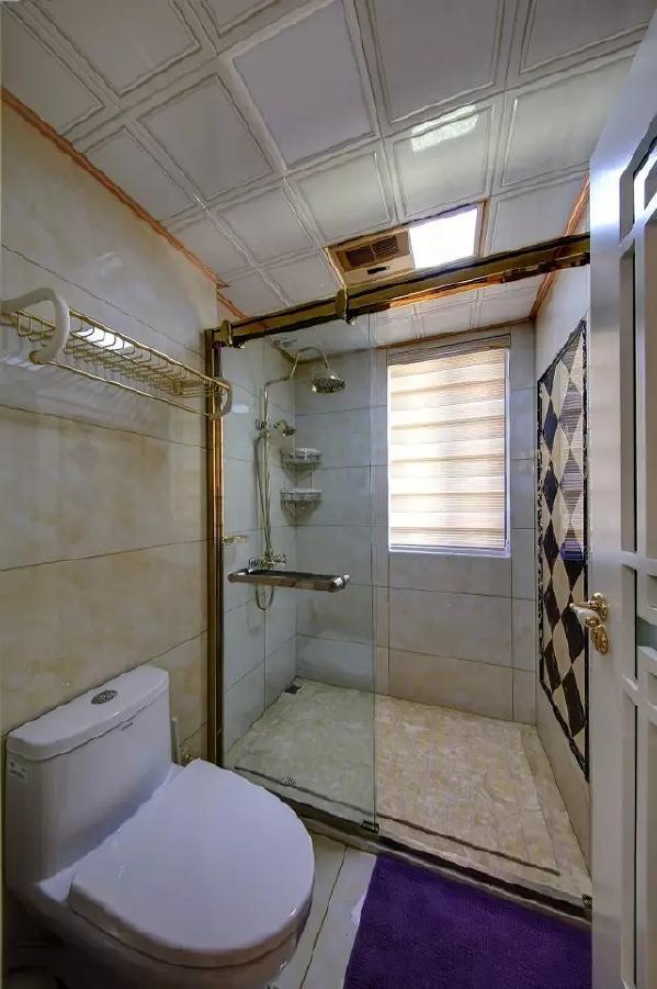 温润的墙面地砖,结合金属质感的五金件,整个卫生间都充满了现代奢华的感觉。