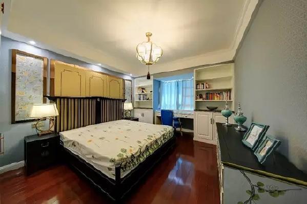 主卧床头做了个对称的造型,以金属框架的精致挂画,搭配硬包床头;黑色实木床,在靠窗位置摆个书架组合书桌,整体实用美观两不误。