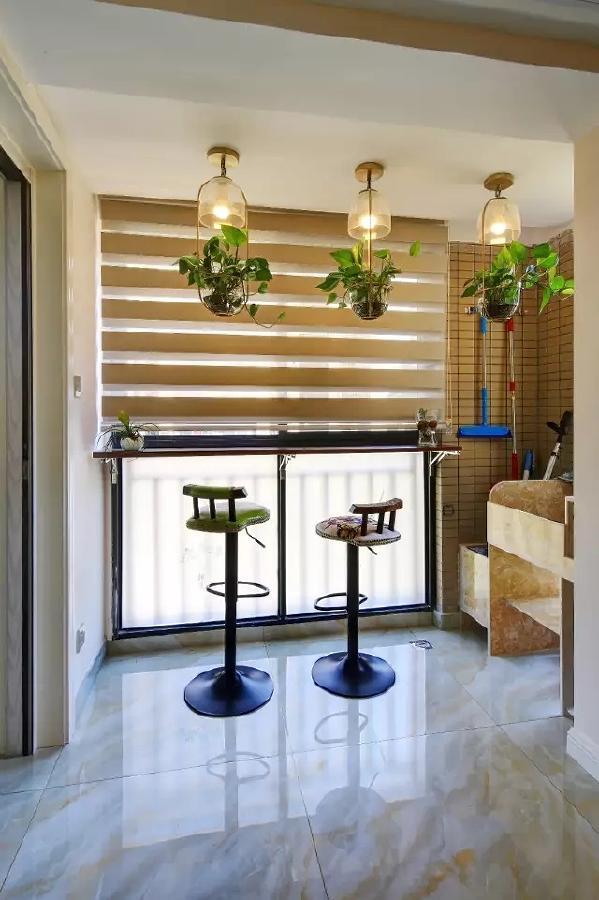 餐厅旁的阳台打通后在靠窗位置装了个小吧台,吊灯下方还挂上了清新情趣的绿植,整体充满了精致舒适的氛围感;而一旁着做了个砖砌的洗衣台与拖把池,方便又实用。