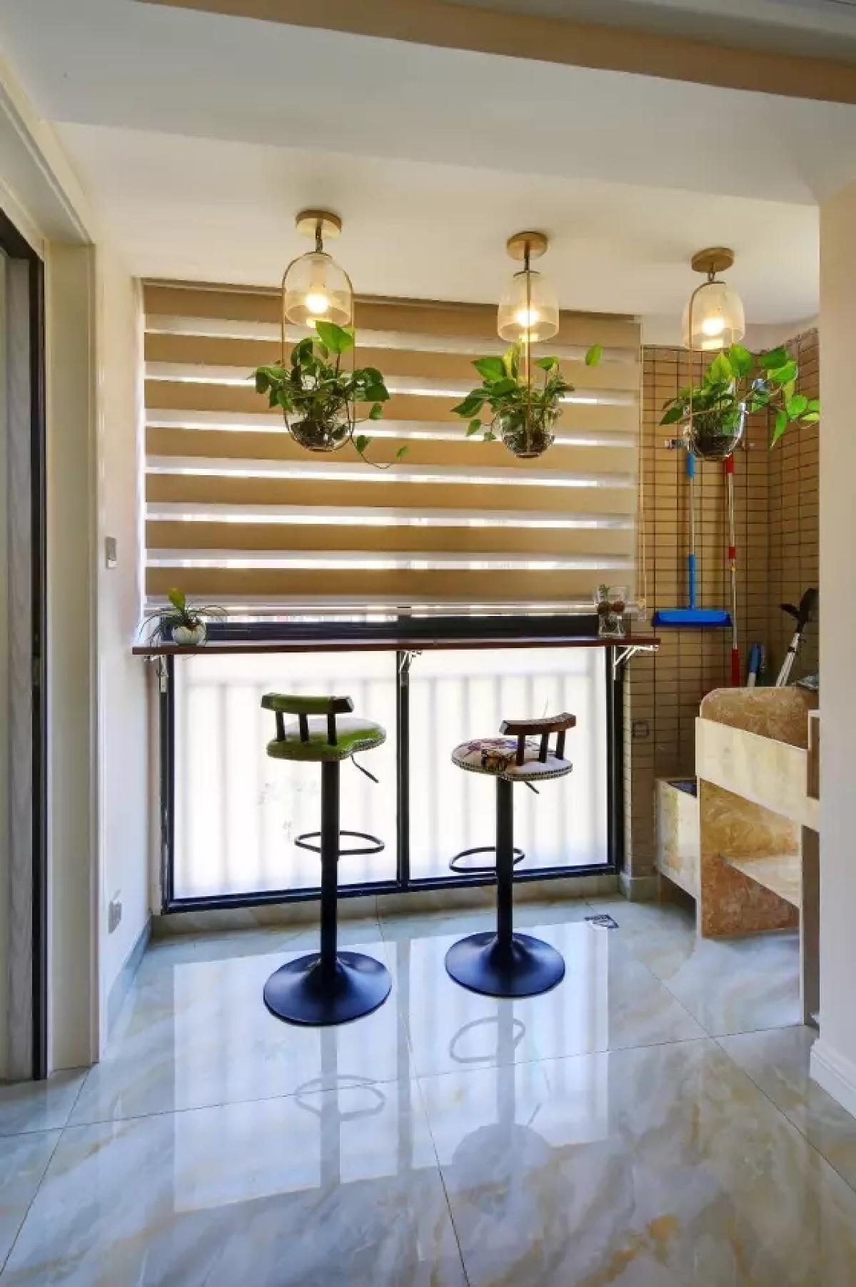 首页 装修效果图 餐厅旁的阳台打通后在靠窗位置装了个小吧台,吊灯