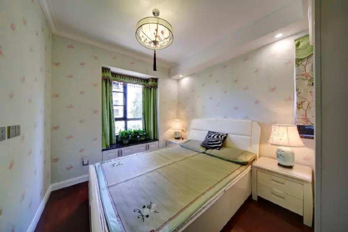 次卧墙面贴上清新活力的壁纸,简洁清新的搭配显得舒适又惬意。