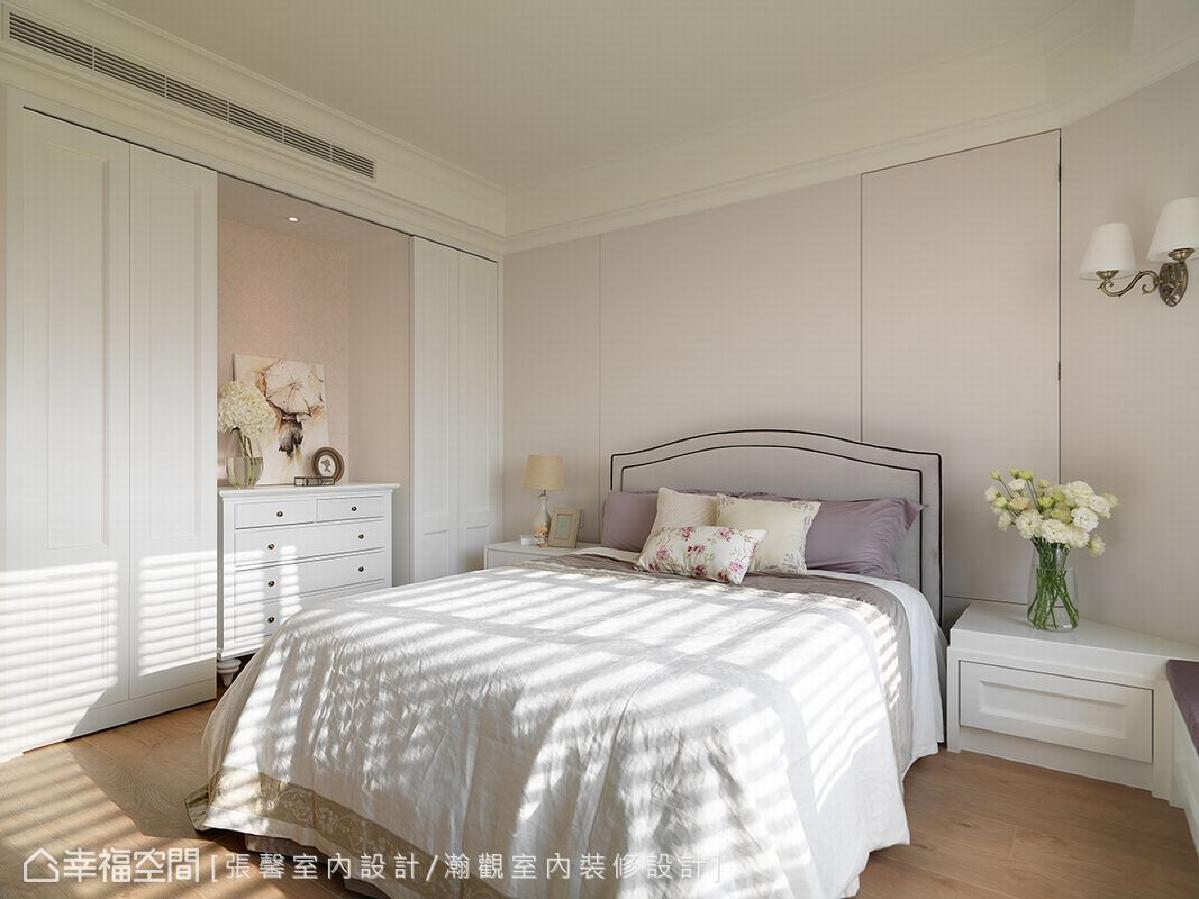 主卧房以淡雅色系搭配白色收纳柜,营造出温柔且浪漫的舒眠氛围。