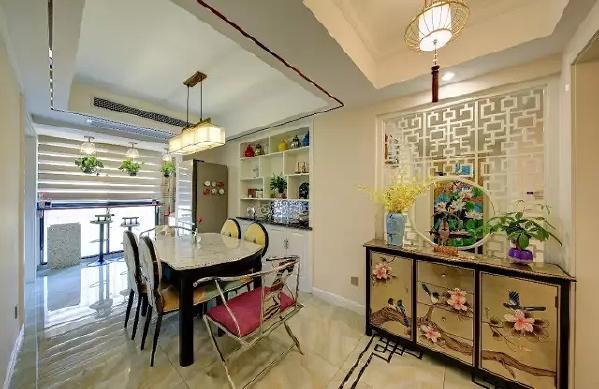 玄关柜的左边,则是餐厅区域,整体以简洁清新的新中式风格搭配,呈现出一个高档优雅的氛围感。