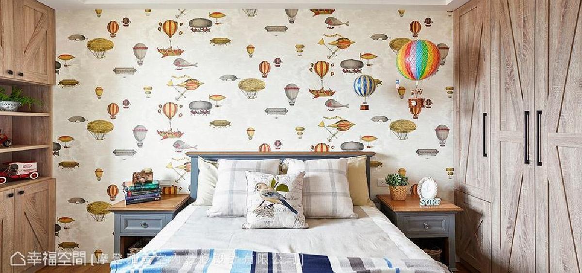 特地为男孩房选用仿旧木质纹理,呈现出朴质粗犷质感,搭配热气球壁纸与装饰,象征父母对孩子的祝福,期望未来能够展翅高飞。