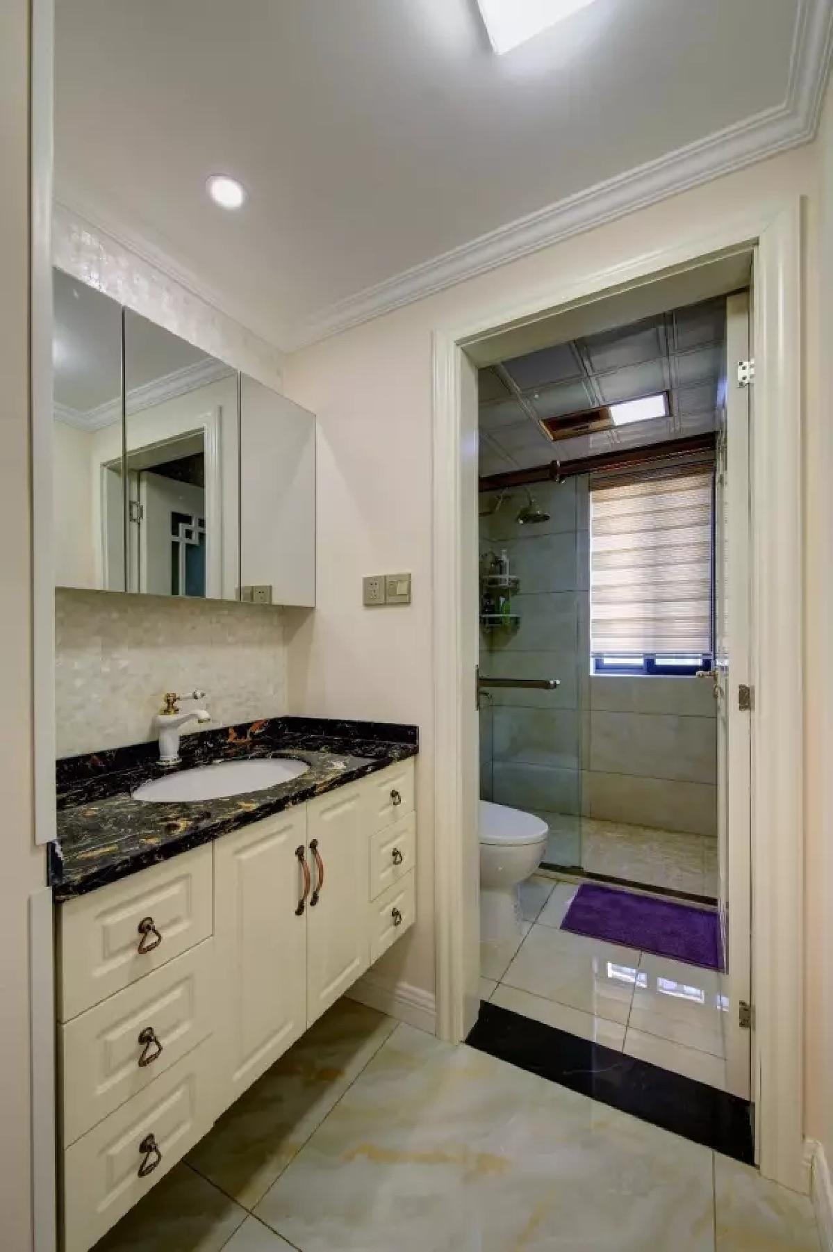 卫生间把洗手盆安排在门外,采用玉质的地砖,在温润的空间基调搭配下,打造出一个舒适又温馨的氛围。