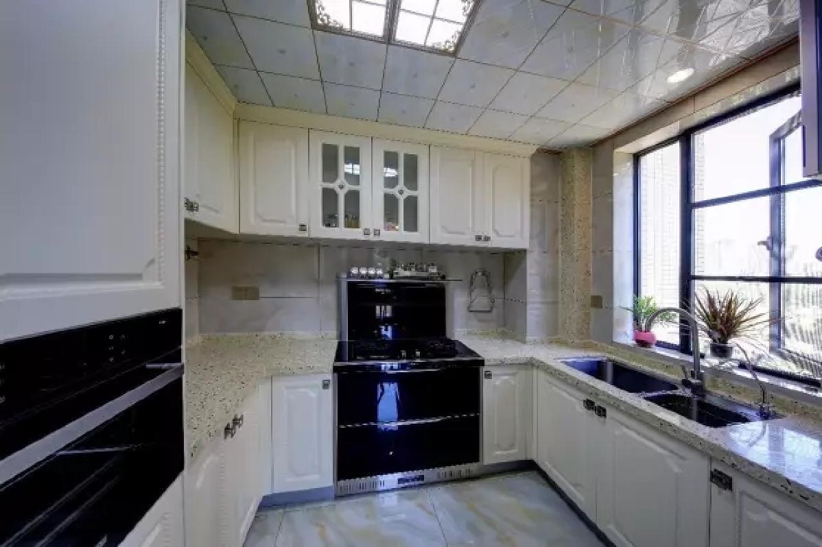 U型的大厨房,整体以简洁实用的布置,为主人提供了一个舒适宽松的烹饪环境。