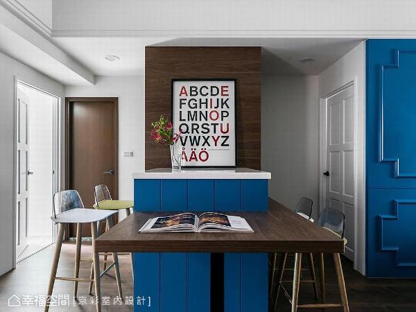 中岛吧台结合木质餐桌,为空间发挥最大的使用坪效,并于吧台下方设计电器柜,提升居家储物机能。