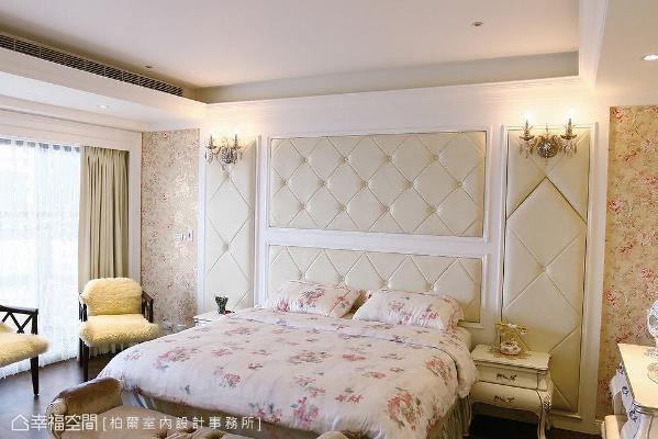 床头板采绷皮手法,两旁铺贴花卉造型壁纸,营造出浪漫的法式情怀。