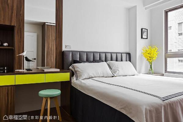 使用人文内敛的木纹肌理为主卧铺陈安定气息,另再以亮绿色跳脱温润质感,为卧眠空间挹注活泼调性。