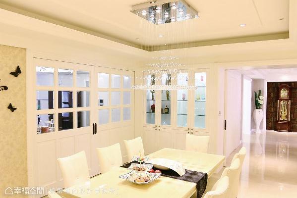 格窗造型门片除了阻隔油烟逸散,也界定出餐厅和厨房场域,结合紧邻的展示柜立面,形成精品橱窗店的意象。