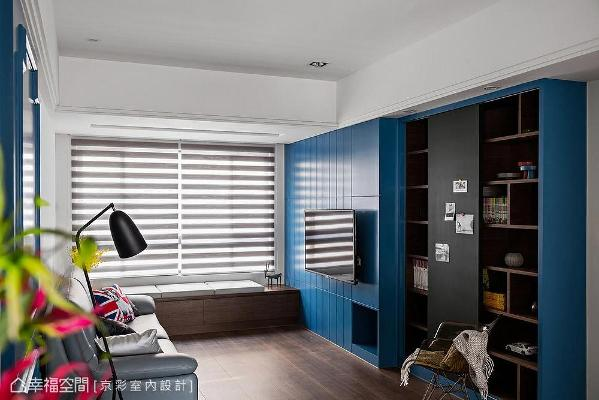 期望小孩们能在客厅玩乐、学习,故于主墙后方以黑板漆打造涂鸦空间,并结合柜体满足藏书的需求。