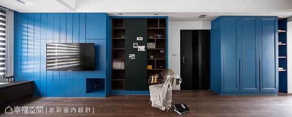 王立峥与蔡季逢设计师以深蓝色漆面铺饰立面,成功点出公共空间的主视觉,佐以深木地板打造静谧沉稳气韵。