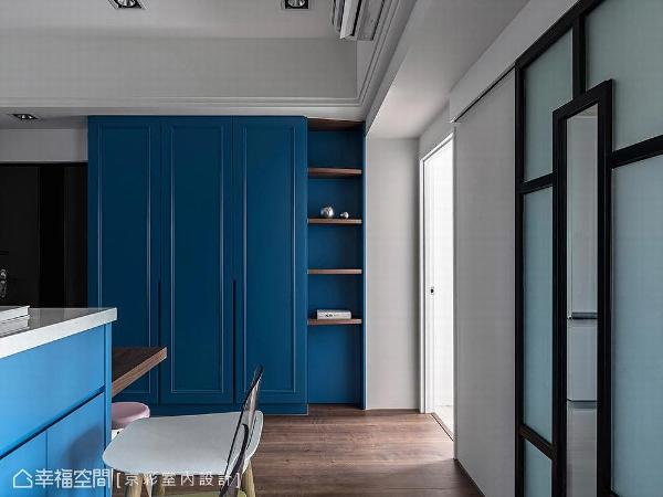 柜体门片延续客厅的蓝,挑高至顶的收纳柜佐以层板作多元收纳设计。