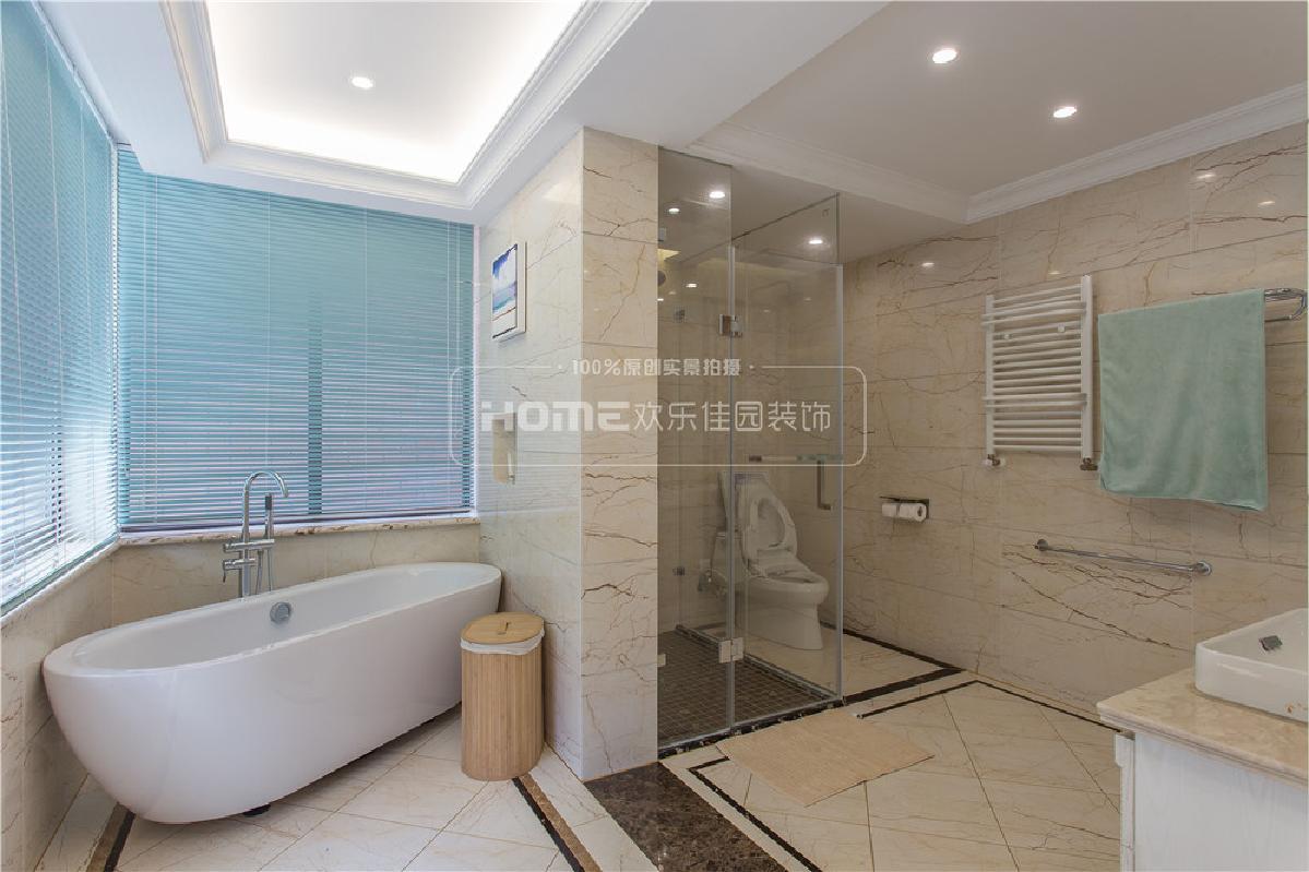 通过结构搭建和设计规划,增加卫生间的面积,使用双面盆设计,良好的解决了一家人对于卫生间功能的需求,同时干湿分区,利用拐角处设置浴缸的设计,让卫生间的空间的得到最大化的利用。