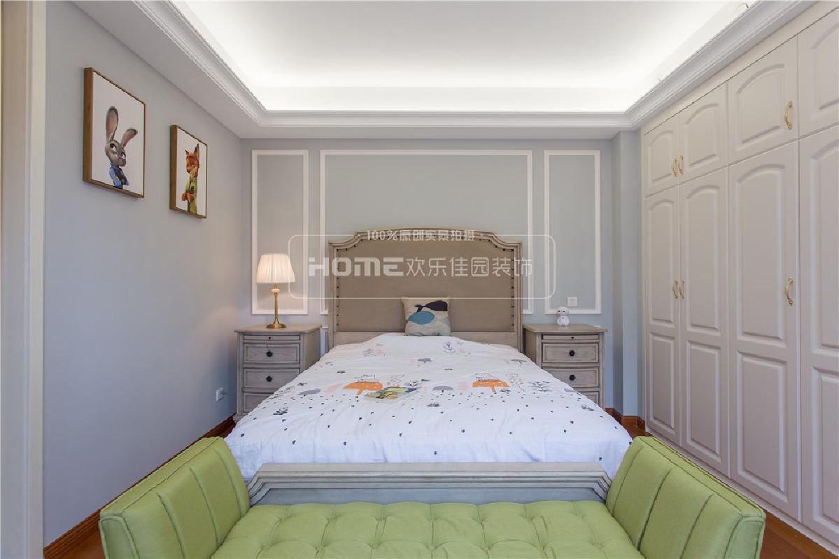儿童房采用了灰蓝色的墙体颜色,清新淡雅而不失童趣,搭配上芥末绿的床尾凳和浅色系的床品,让空间活力十足。