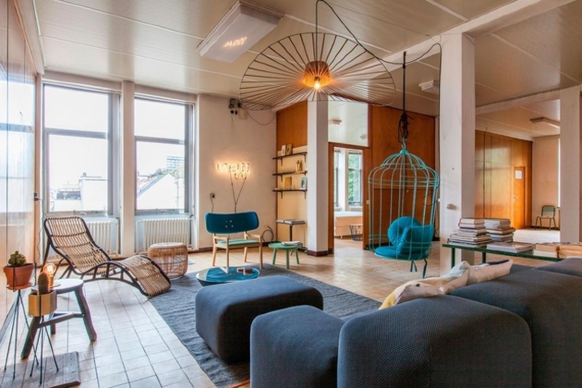 创建临时居住空间的主要问题之一是在正确的地方缺少天花板灯,Dift通过选择设计为穿过天花板和墙壁的照明设备来解决这些限制,墙壁上插有一个插头位于