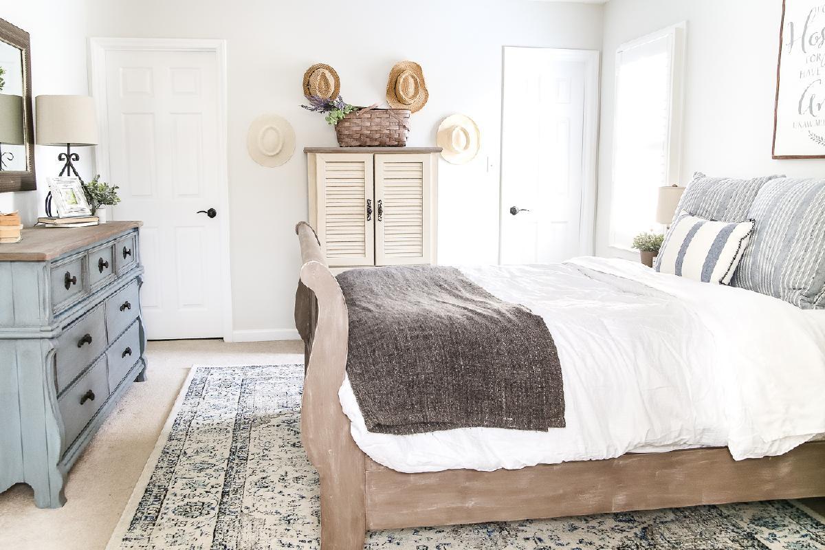 为您的客人提供一个舒适的氛围与一个小屋主题的客房。一直以来,平房家庭一直以舒适和温暖而闻名。通过在黑木床架上分层图案的床上用品,为您的客人创造相同的氛围。与现代配件配对,将旧款与新款无缝结合。