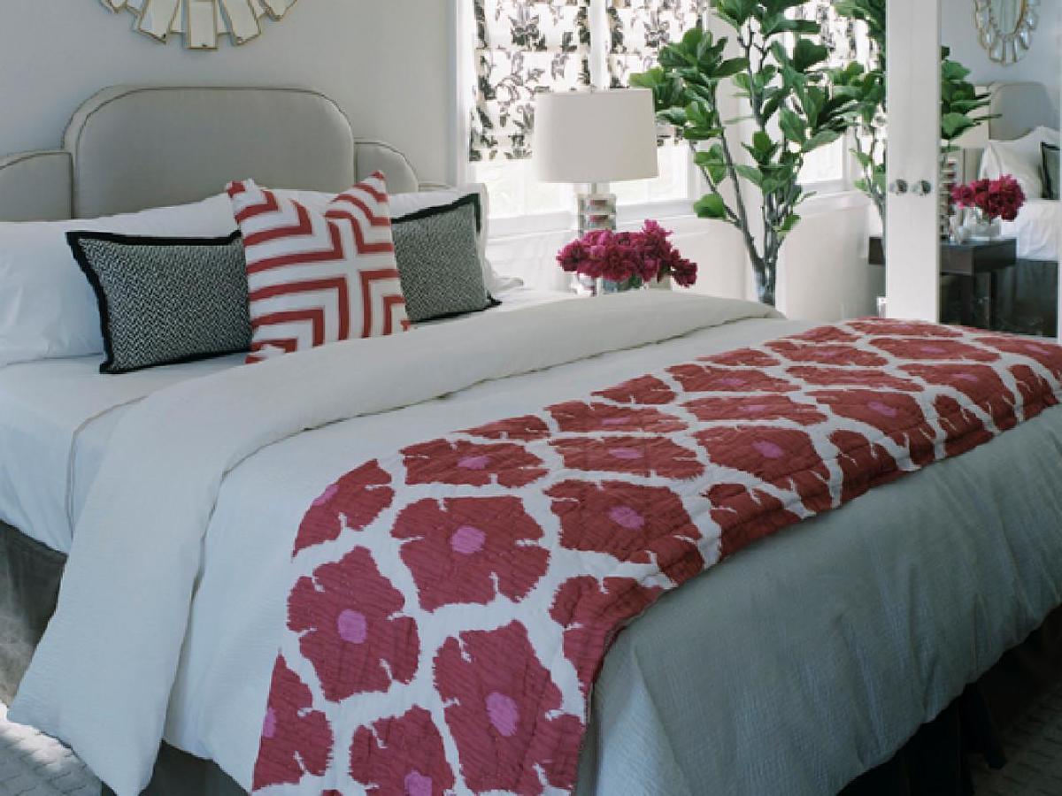 通过添加模式,为客人的卧室增添趣味性。一种图案是将颜色和丰富性添加到房间中的绝佳方式,而不必完全改变装饰色调。考虑在整个房间中使用一个图案,给空间留下一个凝聚力的外观。