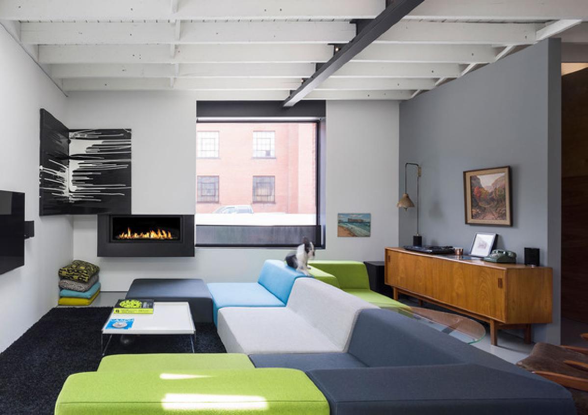 通过门口,一个独立的房间提供主要居住区域的隐私,非常适合休息,观看电视广告由火灾加热 - 一个传统的描述在一个设置是什么。大型模块化沙发具有现代色彩阻挡的靠垫,其模块布置成面向前,后,侧,俯瞰大窗。