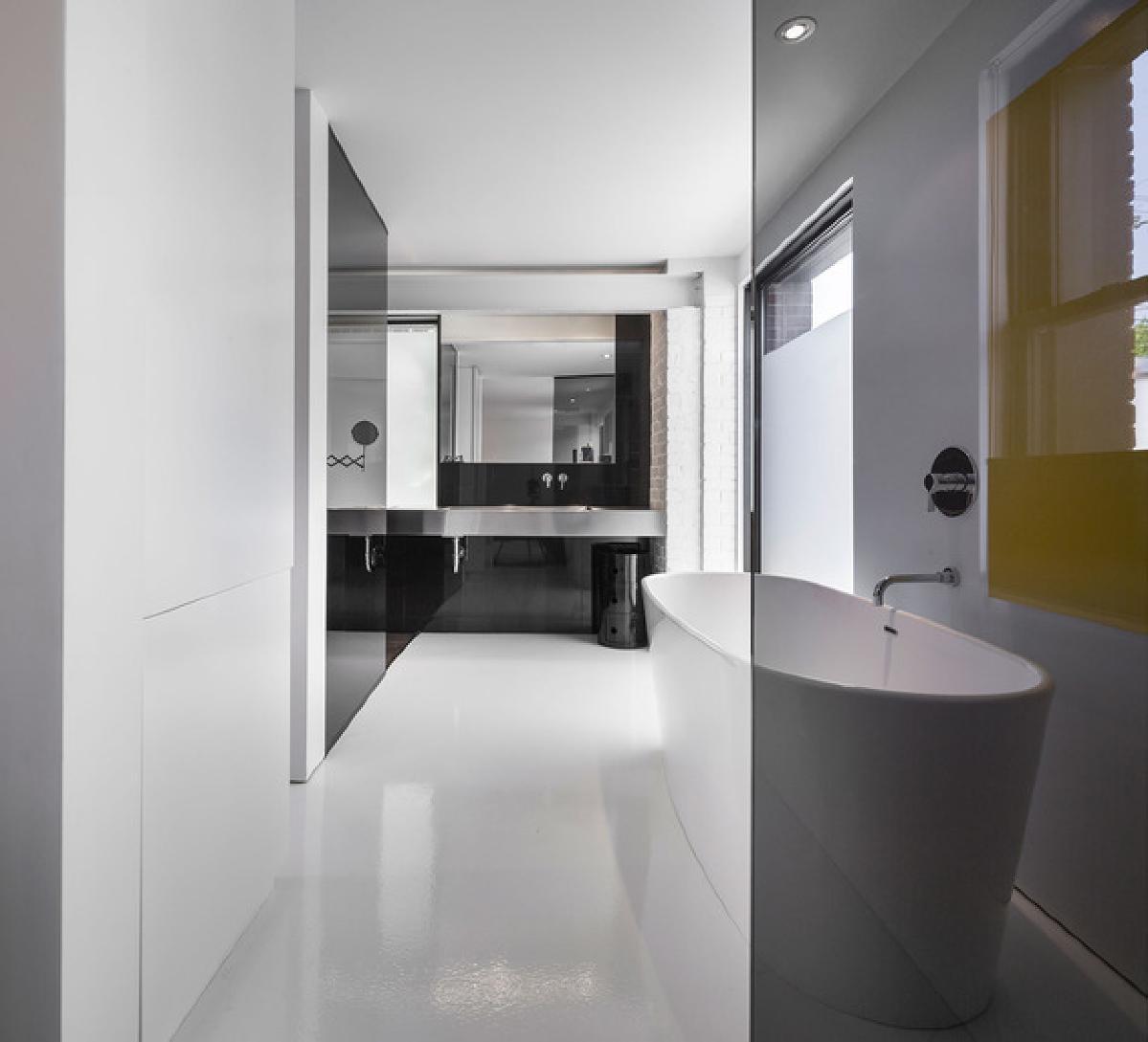 一个私人浴室结合了混凝土,木材,瓷器,不锈钢,玻璃,水,并相信与否,着火
