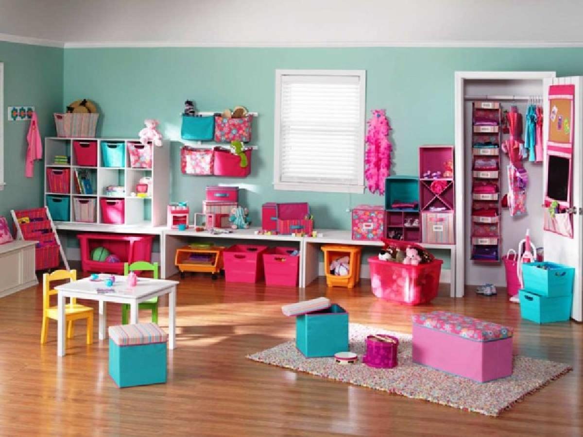 孩子们来了很多事情并不是秘密。因此,您希望在游戏室内拥有大量的存储空间。拥有大量存储空间的诀窍使其成为多功能的。考虑使用作为休息区和存储的脚凳,或者拥有书架和其他小饰品的书架。