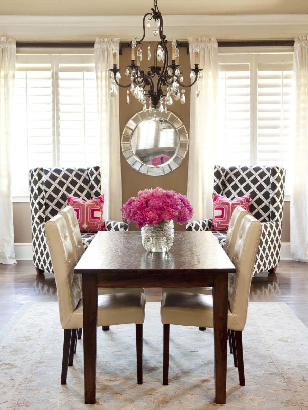 拿一个旧的扶手椅或两个看起来穿着和玷污的扶手椅,通过改变他们的内饰给他们新的目的。这样做是升级旧喜爱的绝佳方式。您将通过添加颜色和/或图案来增强房间的整体外观。