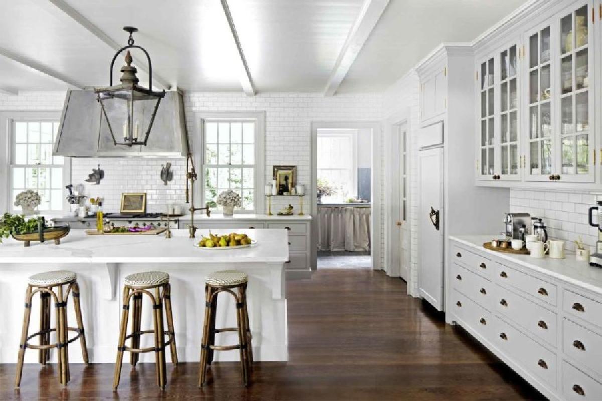如果您选择在墙壁和橱柜上放置浅色,您可能希望通过深色木地板给厨房一个更加温馨的感觉。木地板给厨房一个温暖,只能用温暖的木质色调实现。深色木材允许厨房看起来更开放和宽敞。