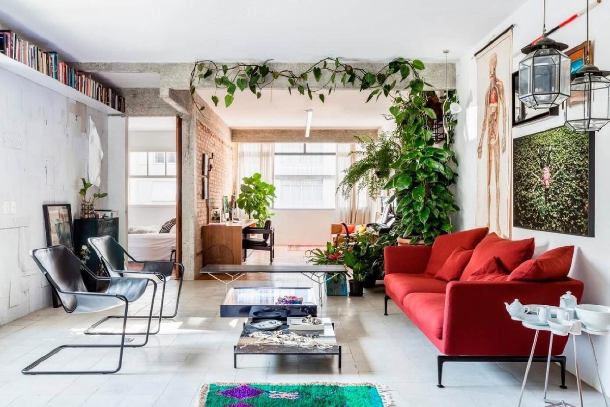 在粗糙的柱子和横梁的背景下分层,自然砖和彩绘砖是颜色,艺术和家具设计的折衷组合,舒适地组合在一个开放式的社区,从厨房开始并在家庭办公室结束/音乐区。