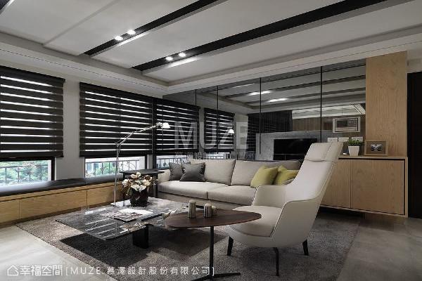 「光线援引」与「视觉尺度」是本案的重点之一,客厅保留大面开窗并以镜面做为沙发墙,透过映照反射的影像,将窗外绿意及暖阳揽入于内。