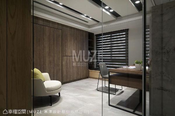 多功能室具备书房、窗下卧榻、生活收纳与掀床等机能,提供屋主与宾客更丰富的生活场景。