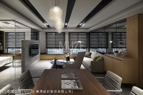 将空间线面做大块面处理,采用天然木皮搭配大理石材来铺陈立面及电视面墙,呈现干净简约的现代风格。