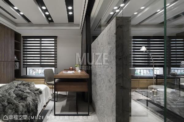 相互链接的客厅与多功能室,均拥有绝佳的采光与窗外景致,家中成员可以在这里找到属于自己的位置,既可独立也能合并使用。