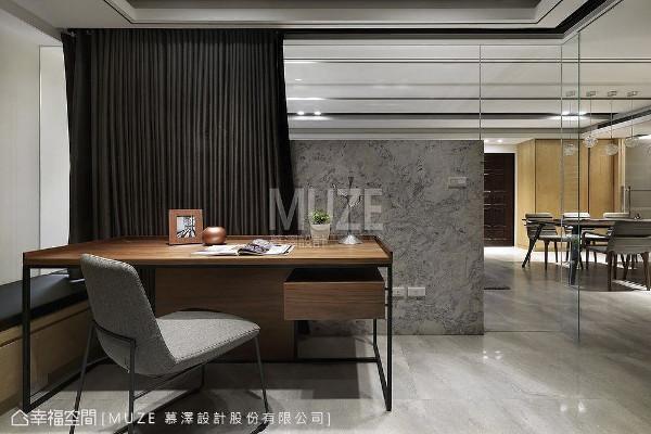 客厅电视矮墙后方,规划一间半开放的多功能房,并以清玻璃取代实墙让视觉景深无限延伸,无形中放大空间坪效,