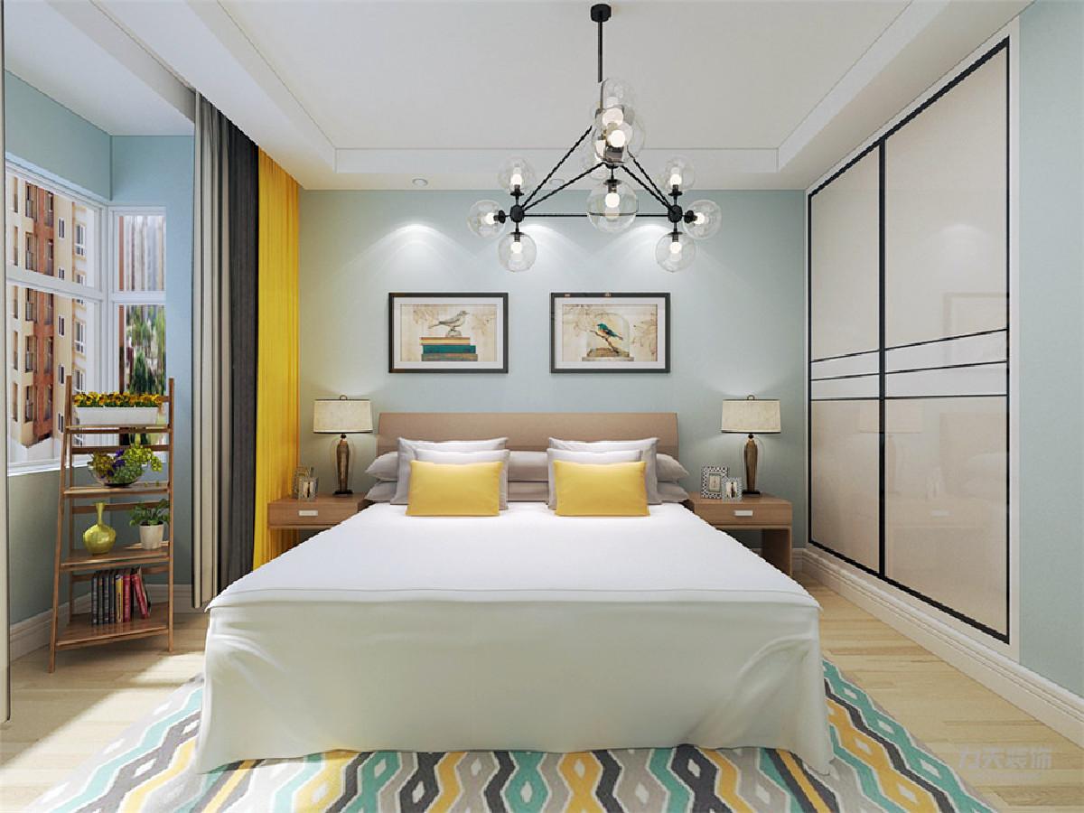 主卧室整体的家居也是浅色系,床边几的颜色与客厅茶几的颜色相同,衣柜是推拉门,刚好可以放在与卫生间相邻的那面凹进去的墙里面。窗帘选择黄色和灰色搭配,给屋子里增加一些跳跃的颜色,显得更有活力。