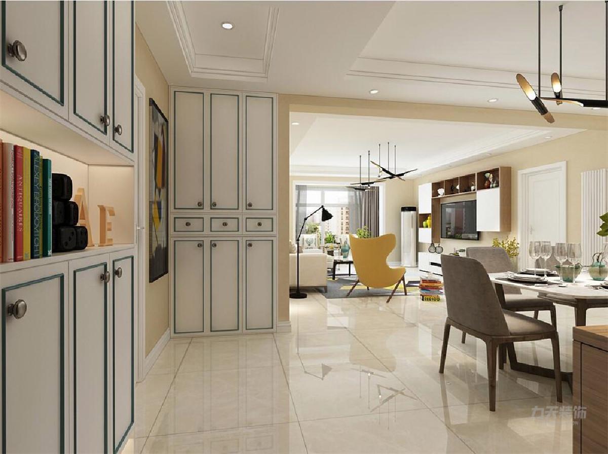 客厅采用回字吊顶,整体颜色是暖色系沙发是米白色的,一个暖黄色的椅子调了整体的色度。客厅的靠墙部分,有储物柜增加了整个空间的收纳功能。