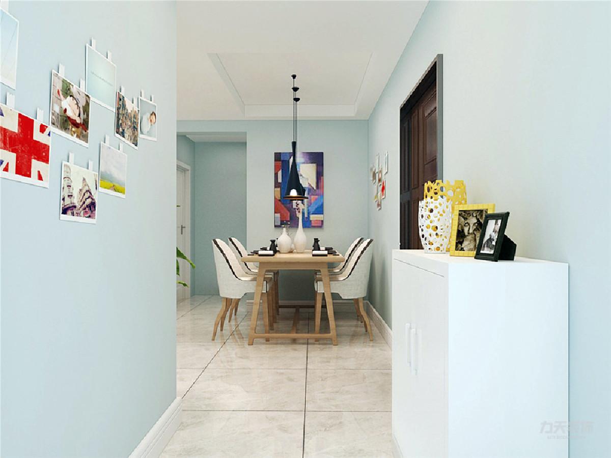 客餐厅部分,沙发是米色,看起来非常干净,抱枕使用灰色和黄色,单人沙发也使用黄色,使屋里有一点跳跃的颜色,不显得单调。茶几、电视柜还有餐桌都是使用原木色,地面选用米灰色800*800的瓷砖,与整体浅色系搭配。