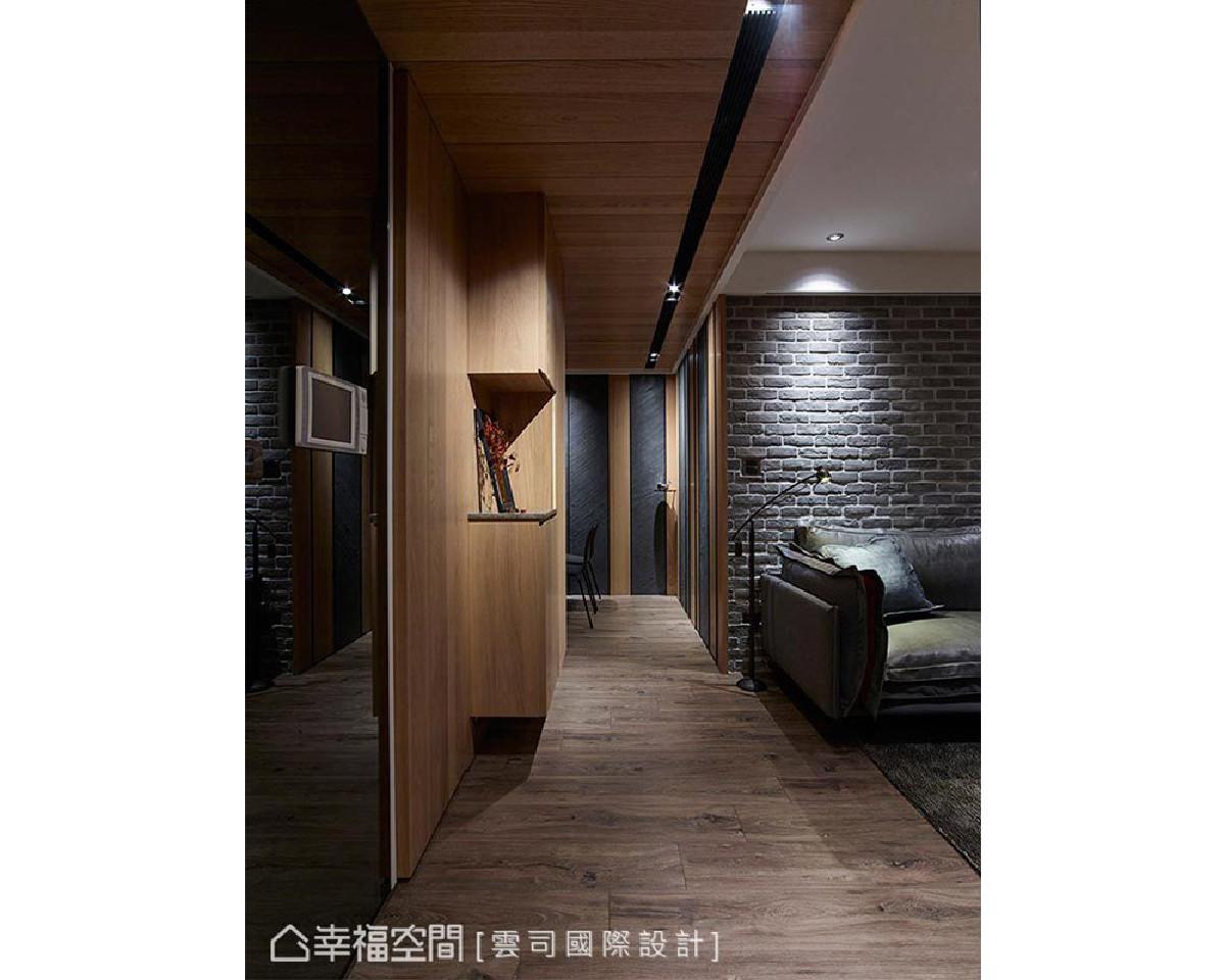 云司设计以木皮天花延续视觉尺度,间接界定场域范畴,并于廊道底端设计灯光、铁件与艺术展示品,创造空间光影层次。