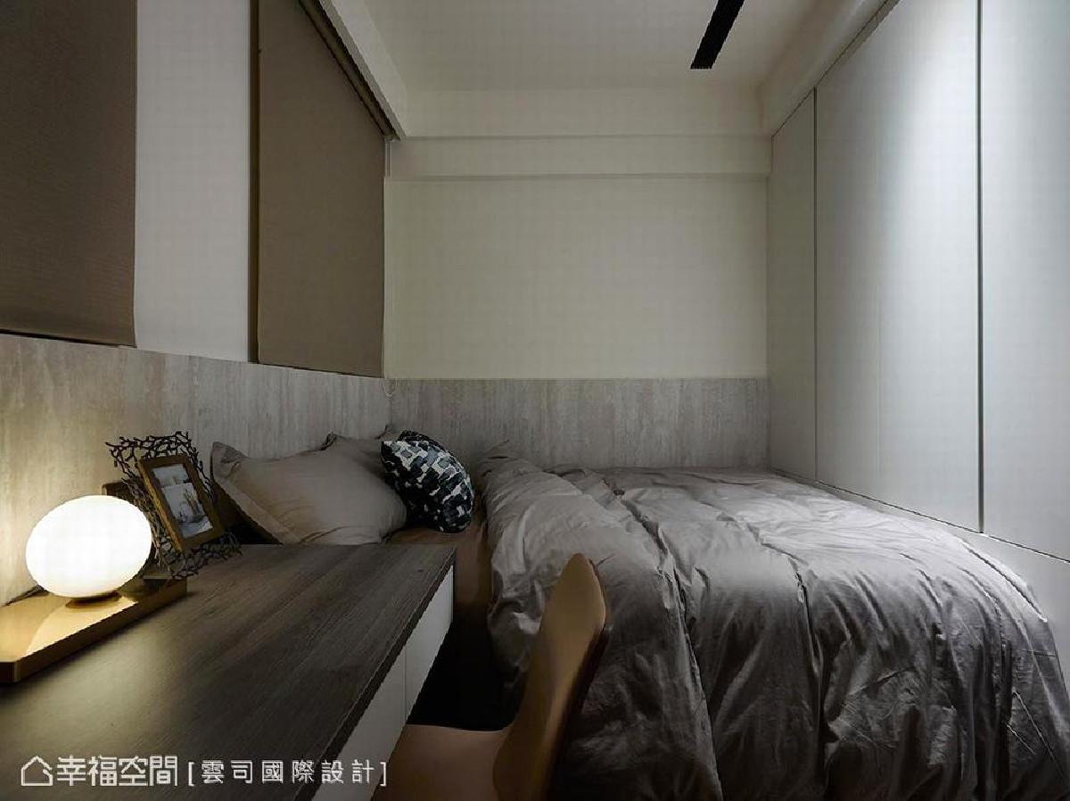 以「实用性」着手规划次卧,设计至顶的储衣柜及端景柜,满足小孩房的收纳需求,并采仿水泥纹板材铺陈床头与壁面,呼应整体设计。