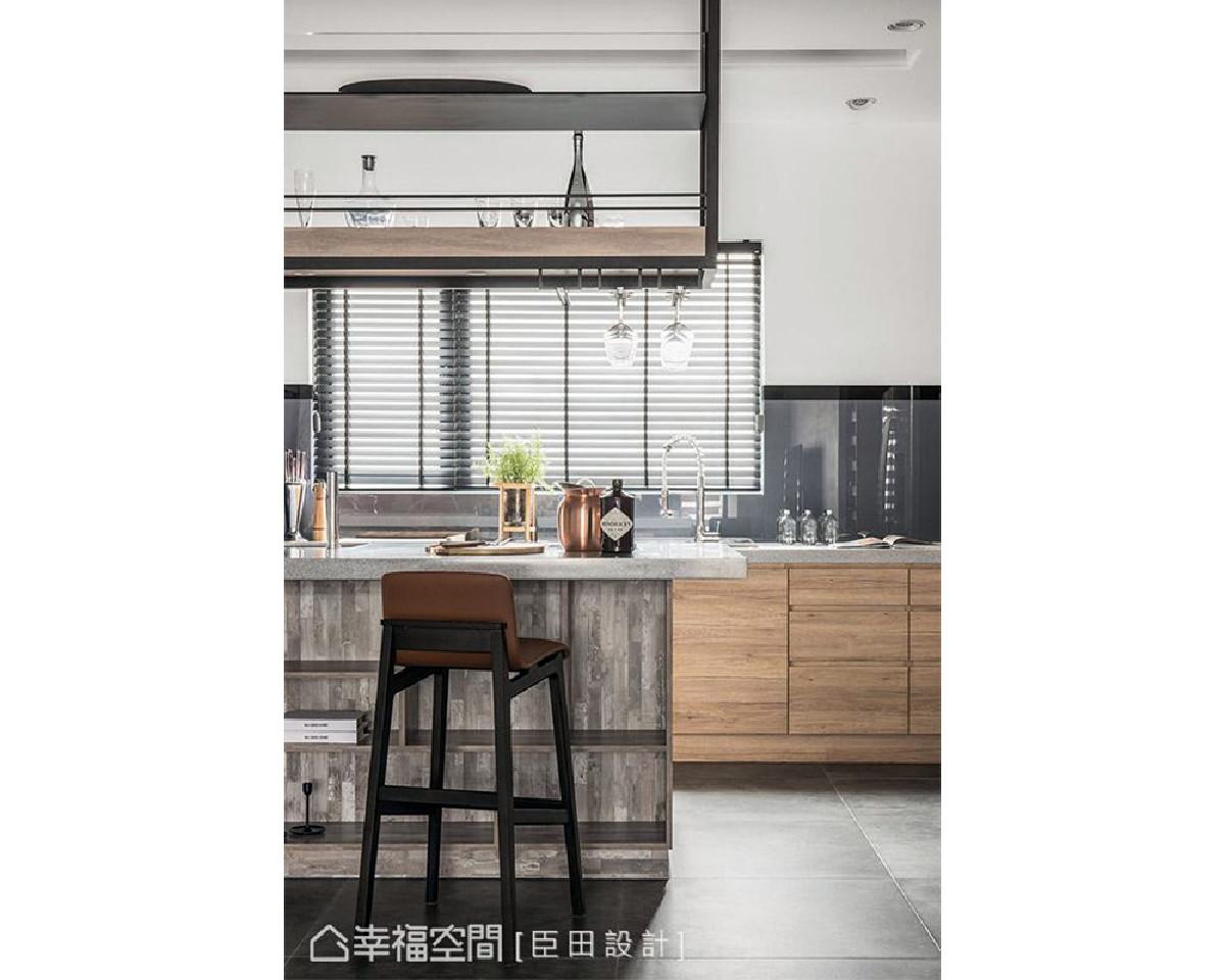 中岛吧台立面特别选用斑驳感的木纹点缀,让厨房稍稍跳脱原始风格设定,带入些许工业风自然调性。