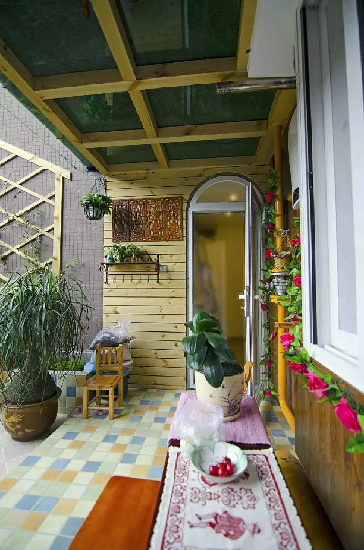 大大的露台被改造成小花园,精致的马赛克砖,木质感的桑拿板,搭配清新的盆栽绿植,充满了惬意的气息
