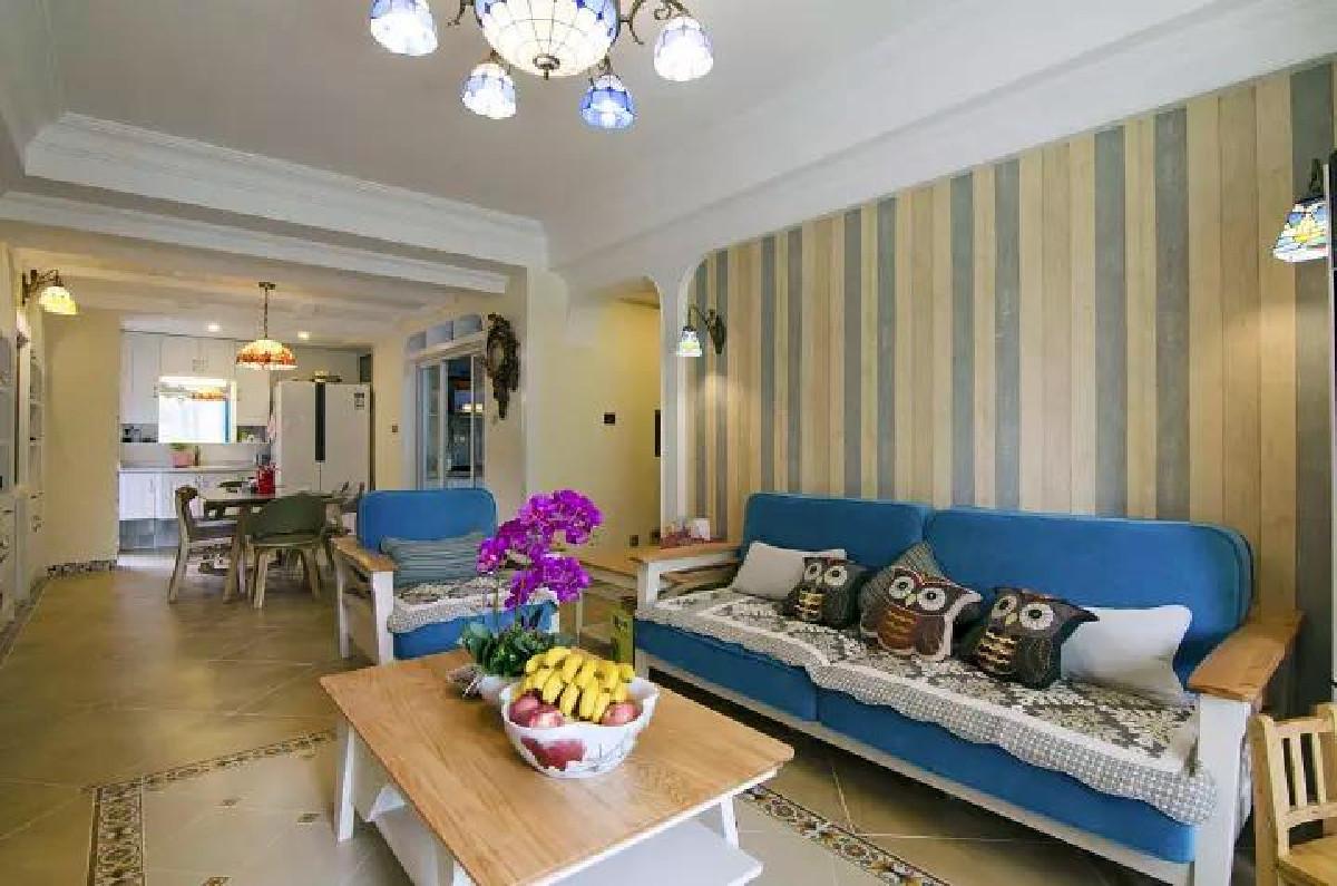 沙发墙上贴上独特的竖纹壁纸,搭配地中海蓝调布艺沙发,给人以清新浪漫的气息