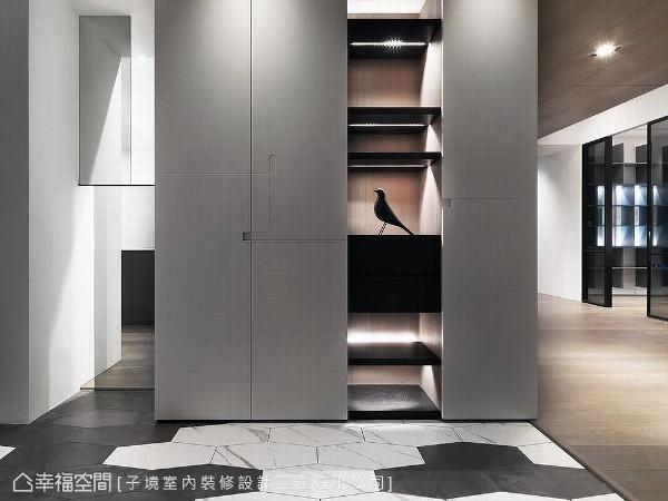特别选用黑白两色的六角磁砖,以错落手法拼贴出现代个性化的入门印象。