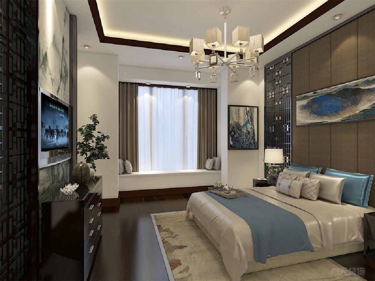 主卧室整个床背景都是中国传统的装饰品,与电视背景墙的中国画呼应,电视柜用深褐色木质柜,使得整个房间古香古色,空间层次更加清楚。