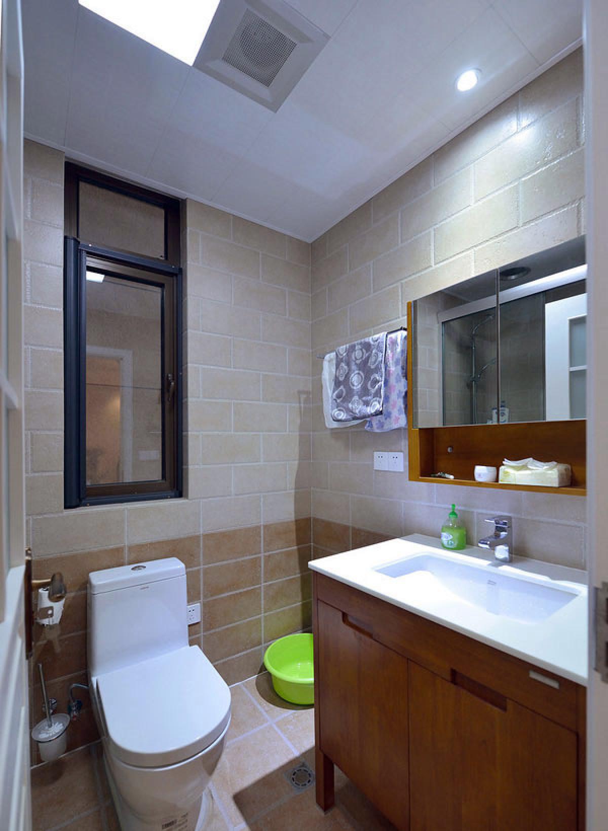 卫生间 坐便设计也很不错啦,虽然我不是很喜欢。不过这个浴室柜设计的比较好,实木柜加上大理石洗浴台,很有古典的气息。
