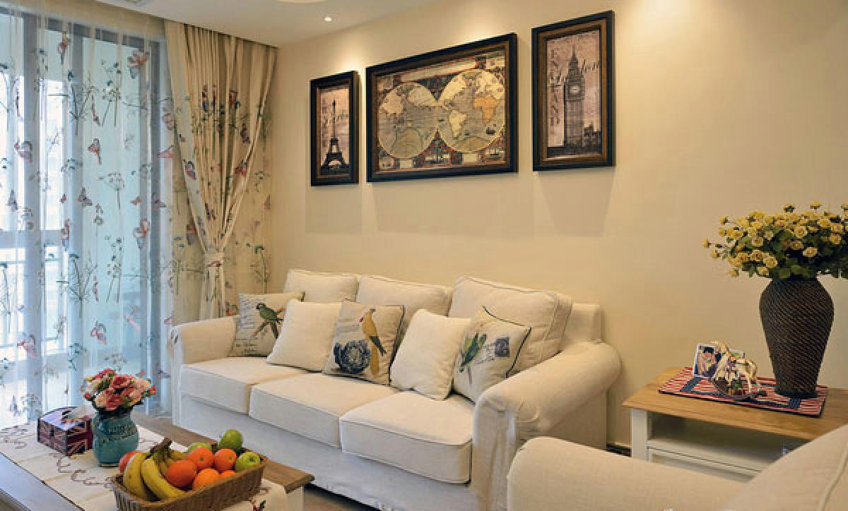 客厅沙发 美式简约的三人沙发放在靠前的位置,既不占空间看起来又大气。米白调非常雅致,上面放置着方形的小靠枕,既美观又舒服。