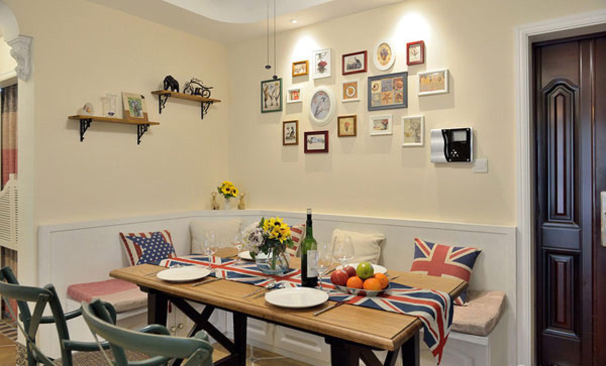 客餐厅 餐桌的设计非常精致,实木的桌面,铁艺支架,很精致。靠墙位置的座椅设计,新颖别致。
