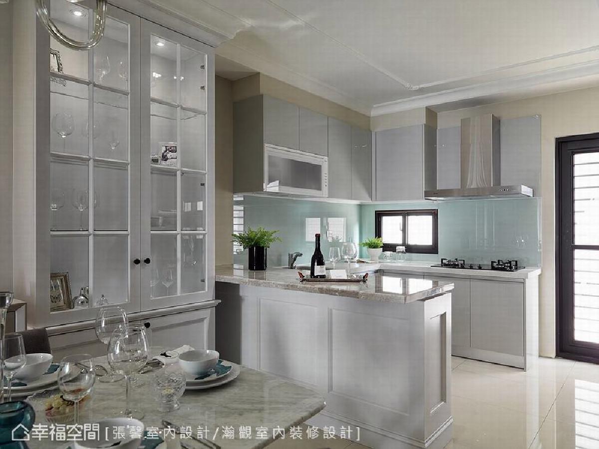 考虑到实用性,L型厨房上下皆设置餐柜满足收纳机能,并在靠近餐桌处设置木作吧台,家人可以在此享受悠哉下午茶。