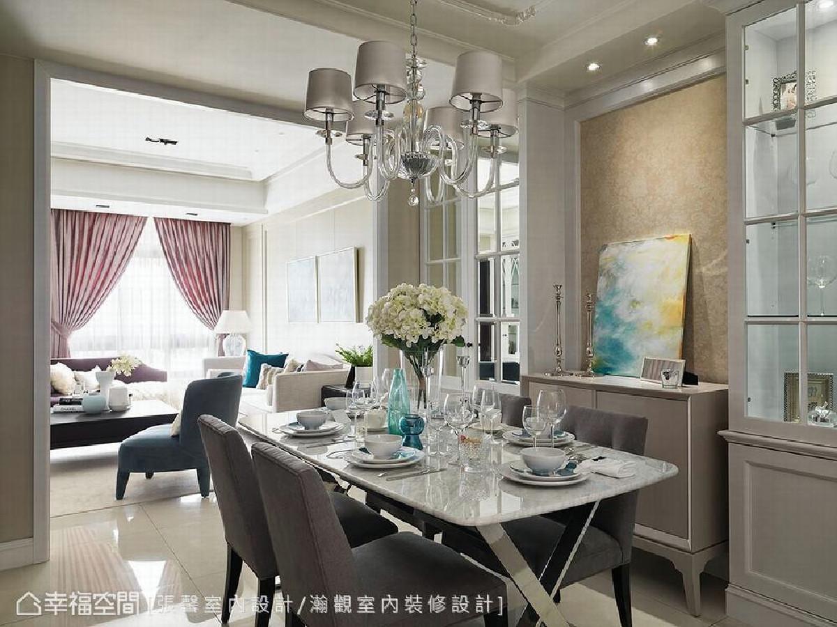以古典对称造型为基础,于餐桌两旁设置柜体,而靠近客厅的柜体则为隐藏管道间的设计,虽不具使用机能却使餐厅更美观。