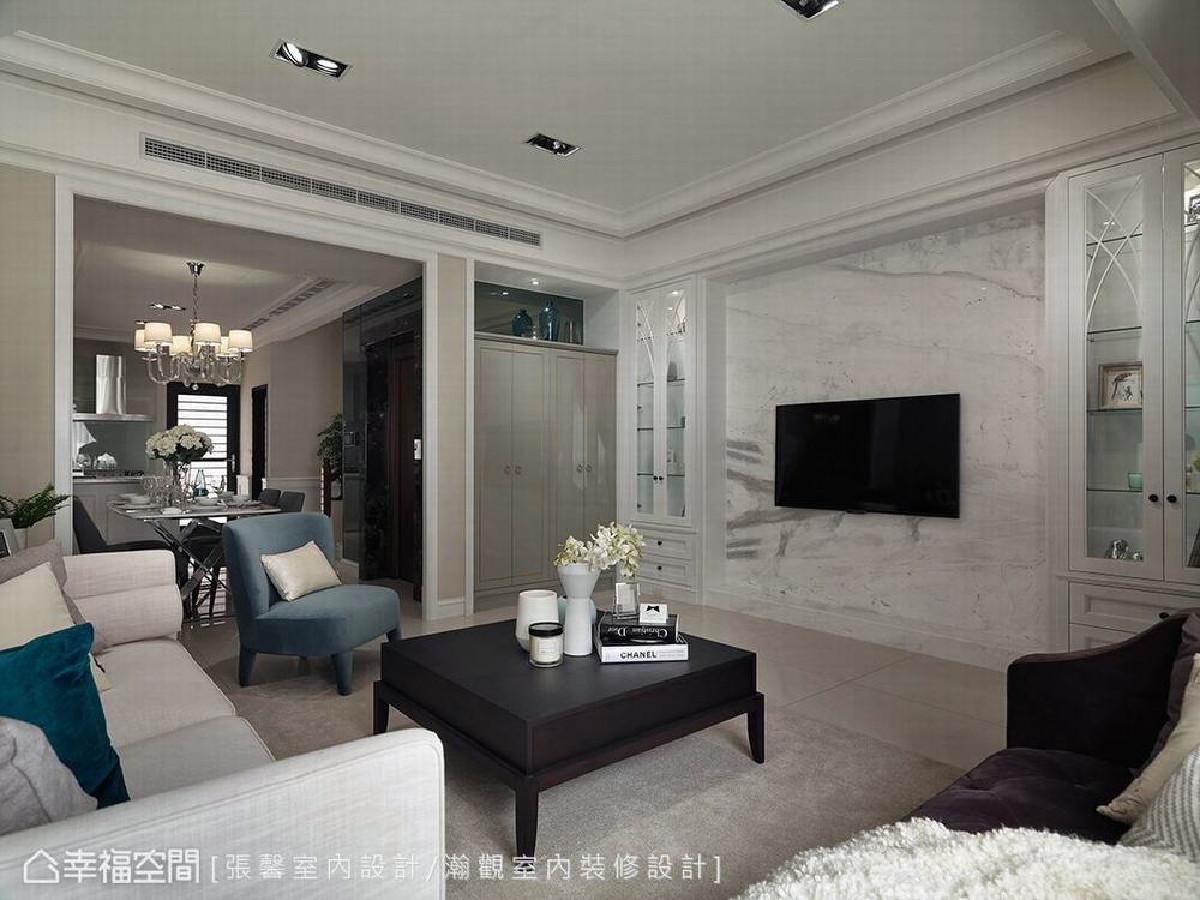 电视墙透过石材展现大器感,并以古典对称造型制作展示柜,简单美观且兼具实用性。